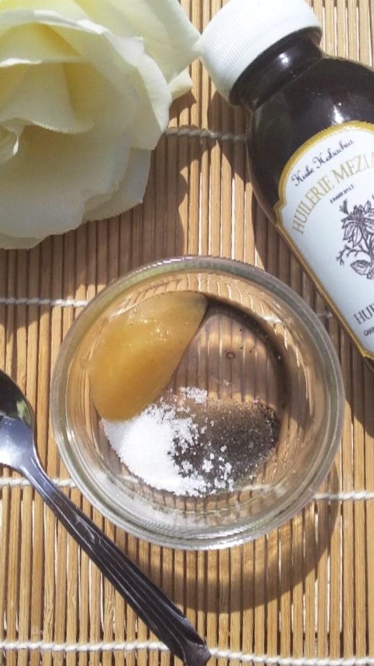 Gommage à huile de nigelle pour les lèvres
